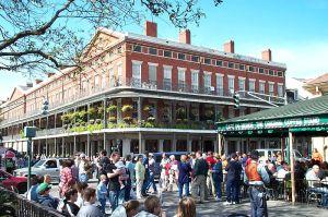 800px-Cafe_du_Monde_New_Orleans